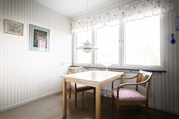 Matplats i kök med fönster mot trevliga innergården