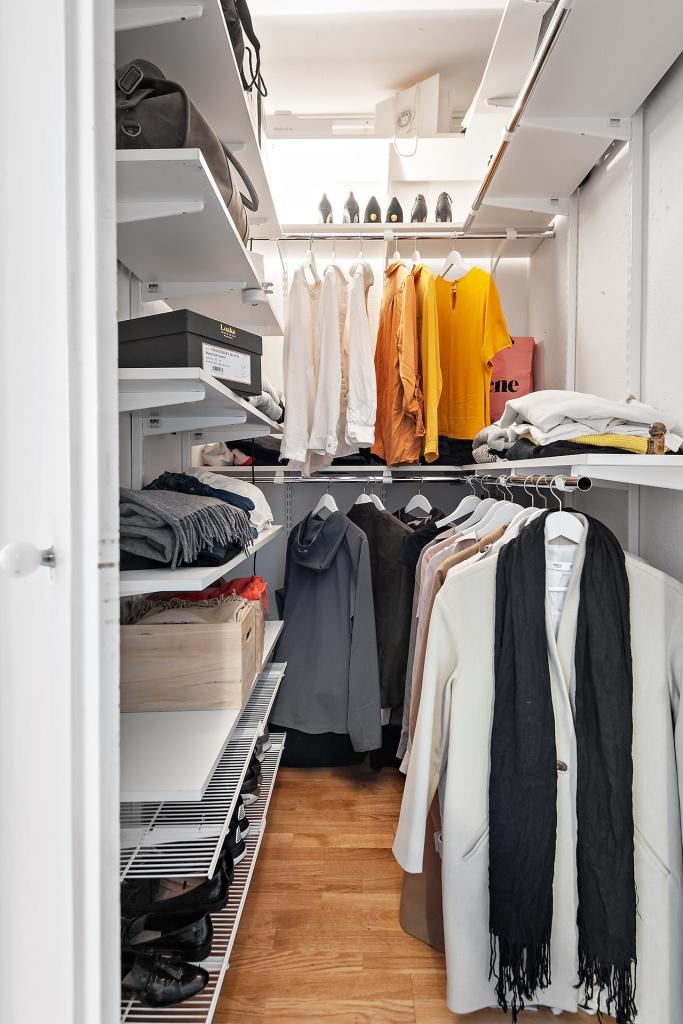 Klädkammare med god plats för förvaring