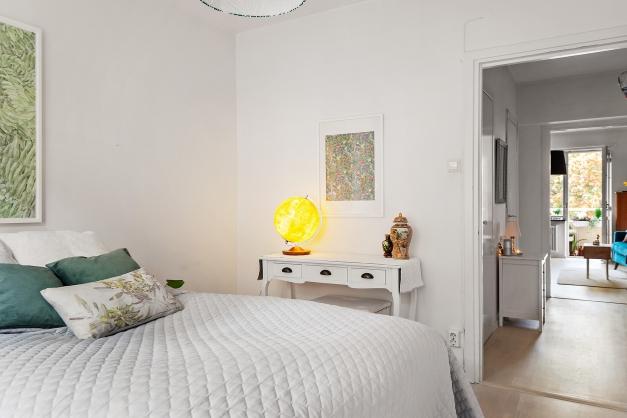 Rymligt sovrum med lugnt läge mot föreningens innergård