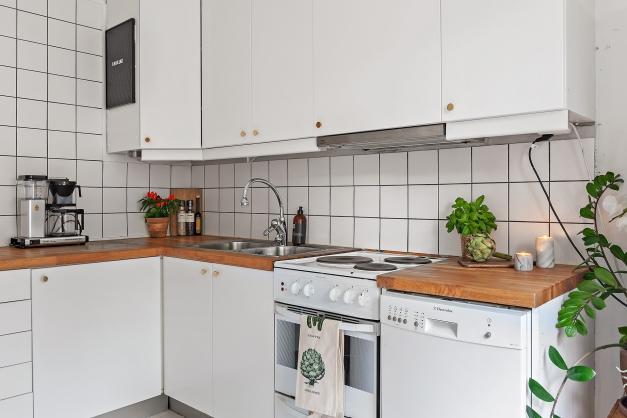 Fullt utrustat kök med gott om plats för förvaring