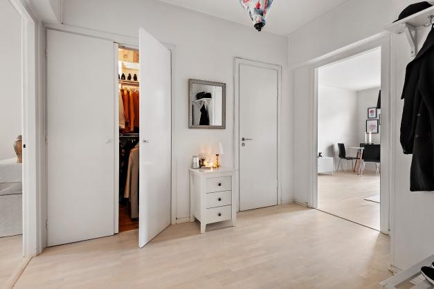 Rymlig hall med gott om plats för förvaring i både klädkammare och inbyggd garderob