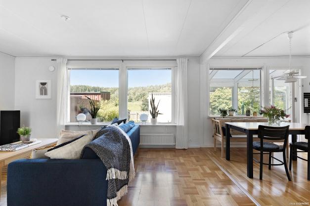 Stora fönsterpartier som skänker gott om ljus till rummet.