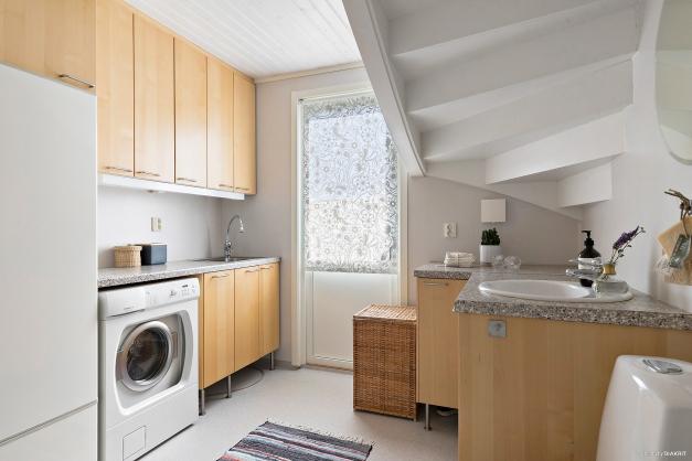 Smart med kombinerad tvättstuga och WC. Gott om förvaring och arbetsbänk.