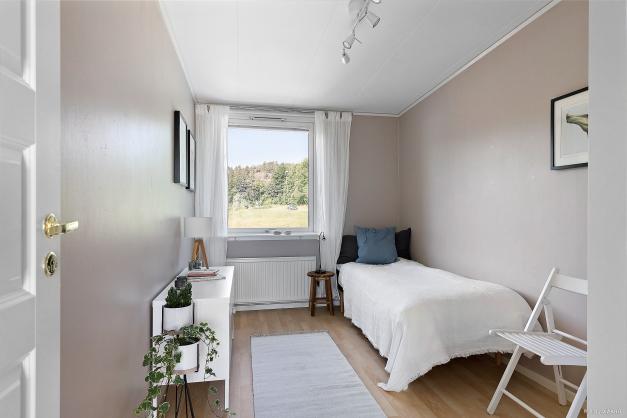 Fint sovrum med plats för säng, skrivbord samt garderob.