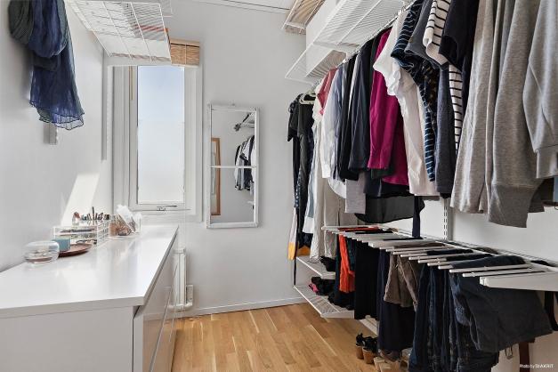 Perfekt klädkammare utrustad med praktiska hyllor och stänger.