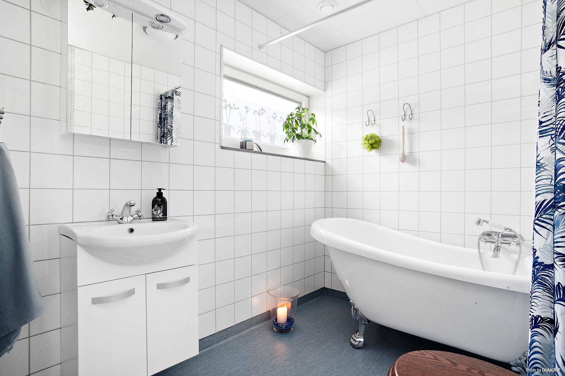 Badrum med fönster och badkar