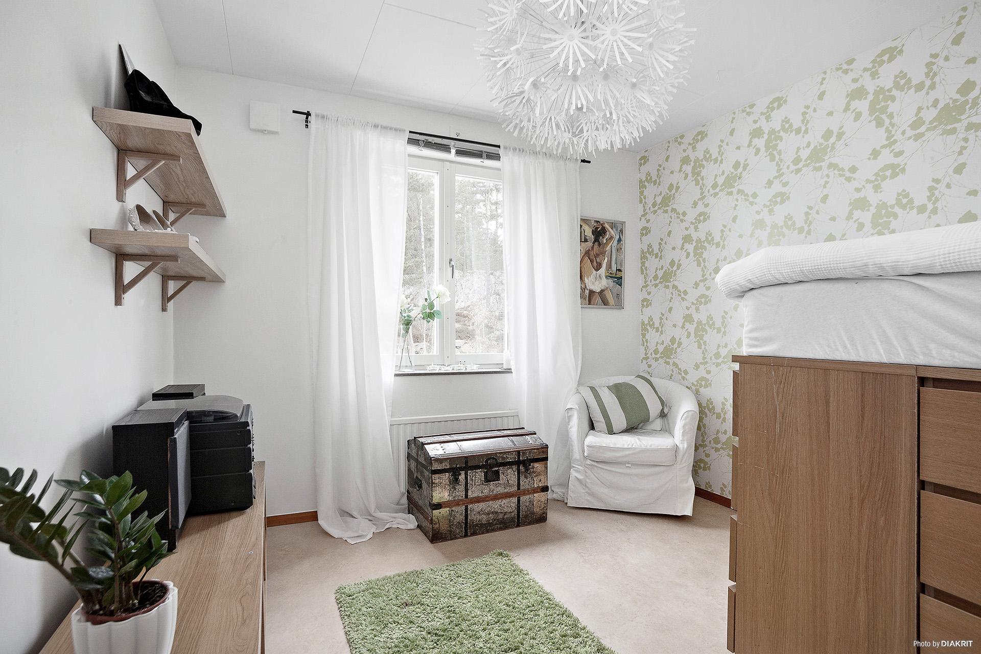 Rymligt sovrum på våningsplan