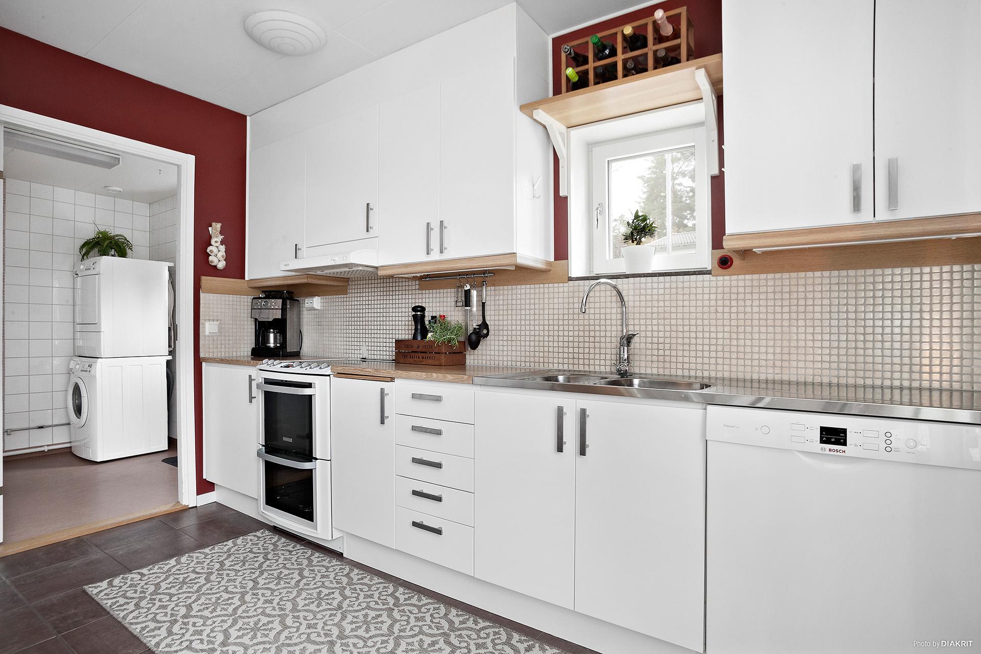 Från köket nås tvättstugan och uteplatsen med morgonsol