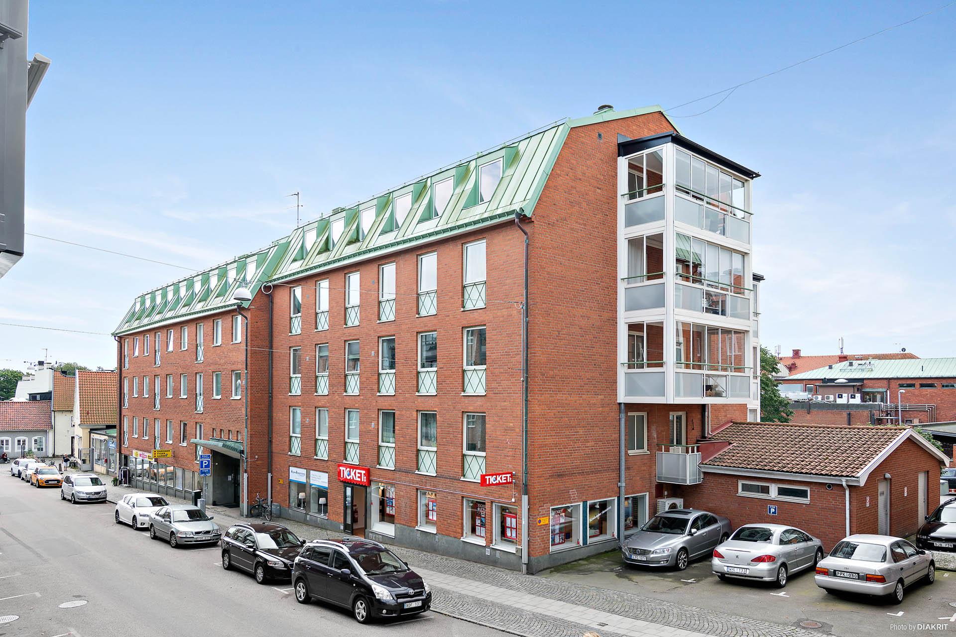 Lägenheten är belägen högst upp i huset med fönster åt tre håll!