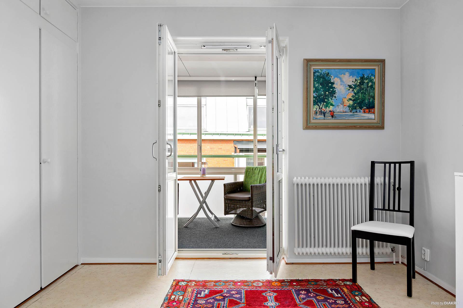 Sovrum med utgång till den rymliga inglasade balkongen