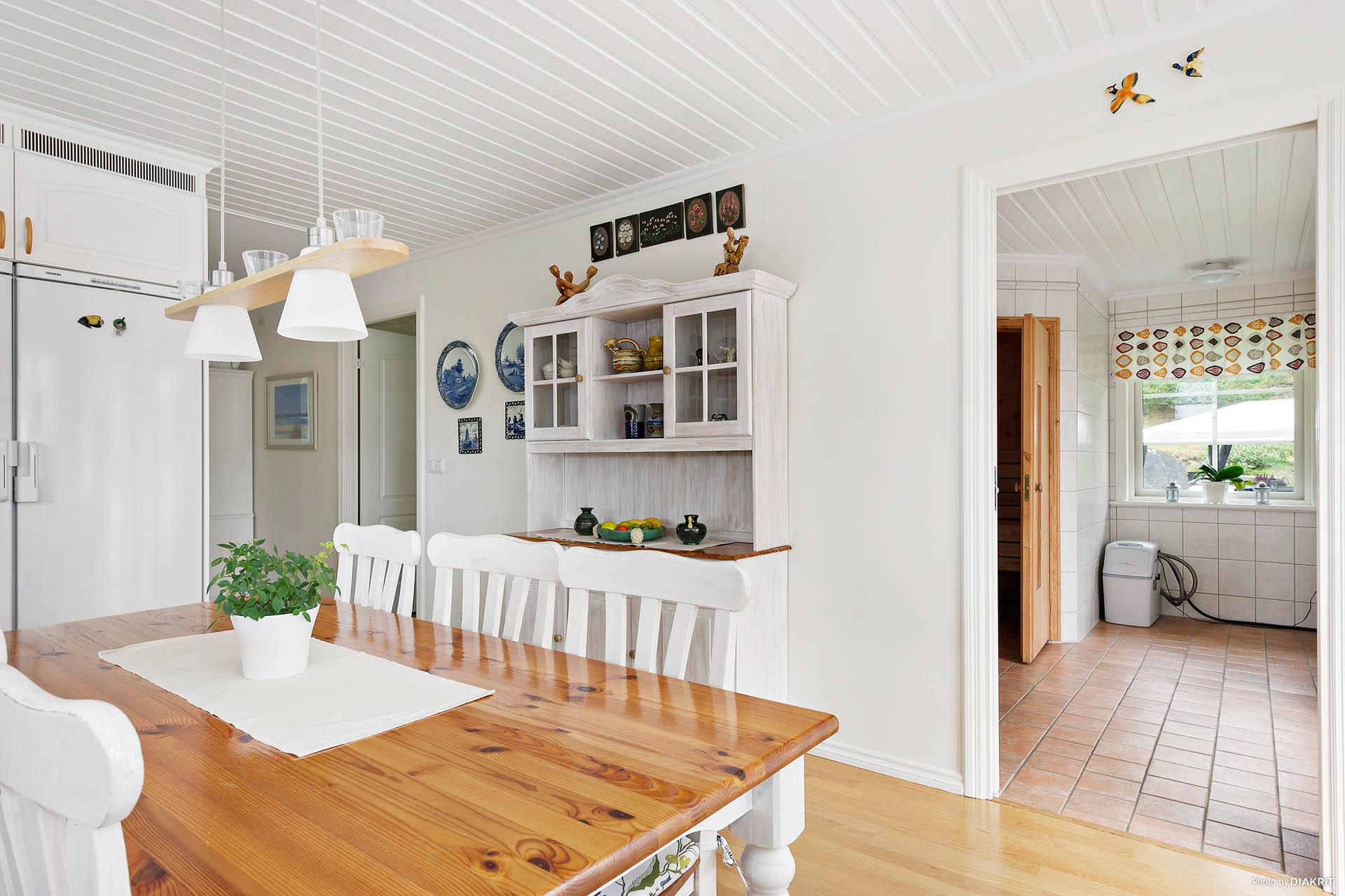 Badrum och tvättstuga med bastu nås från köket