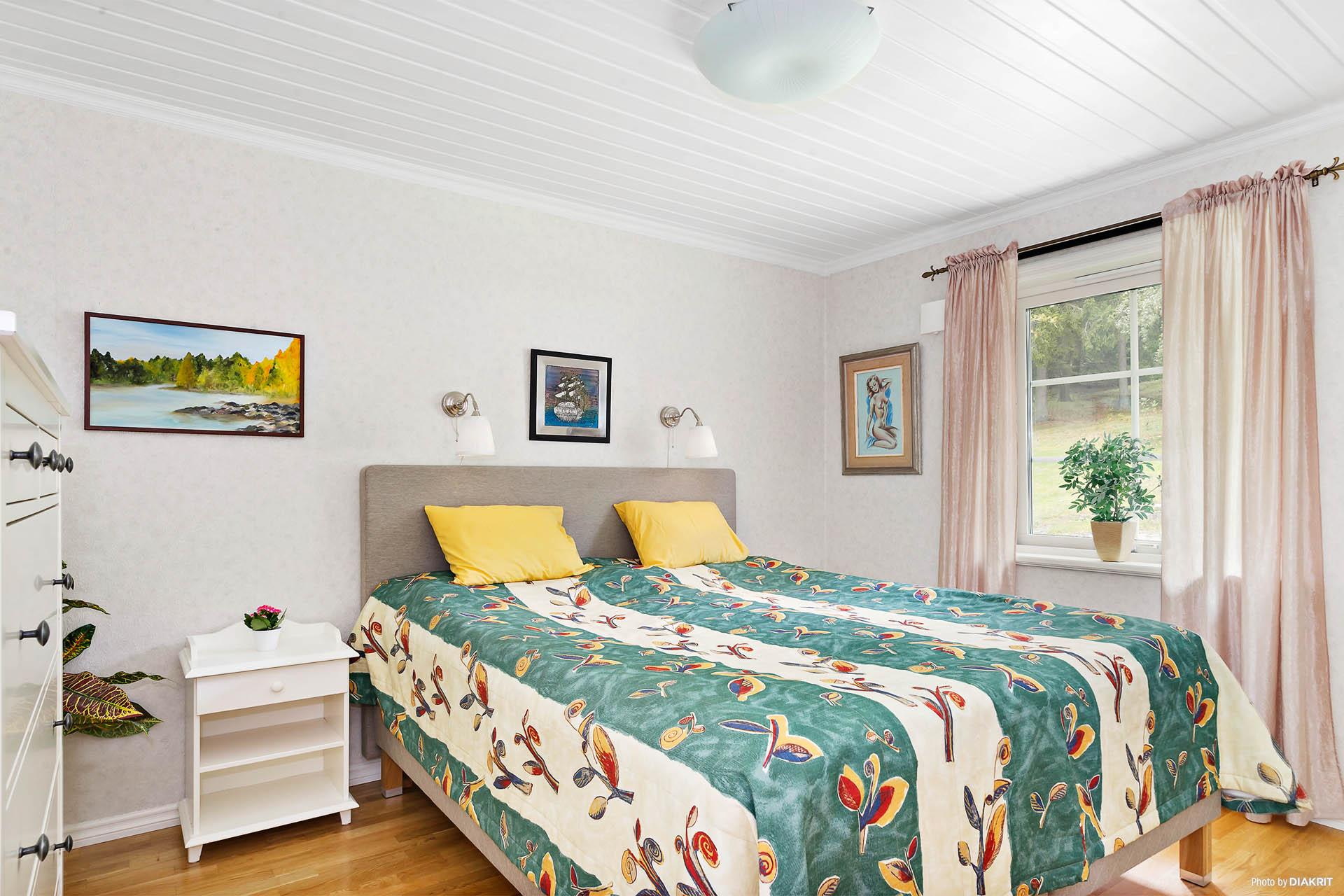 Stort sovrum med flertal garderober