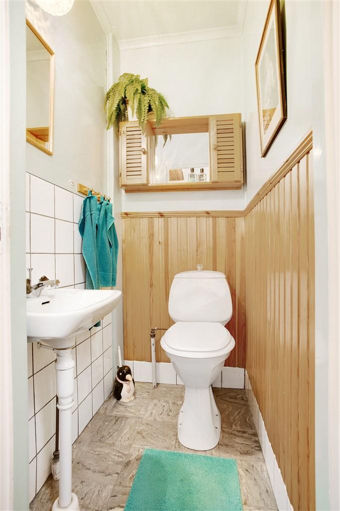 Wc med wc-stol och handfat.