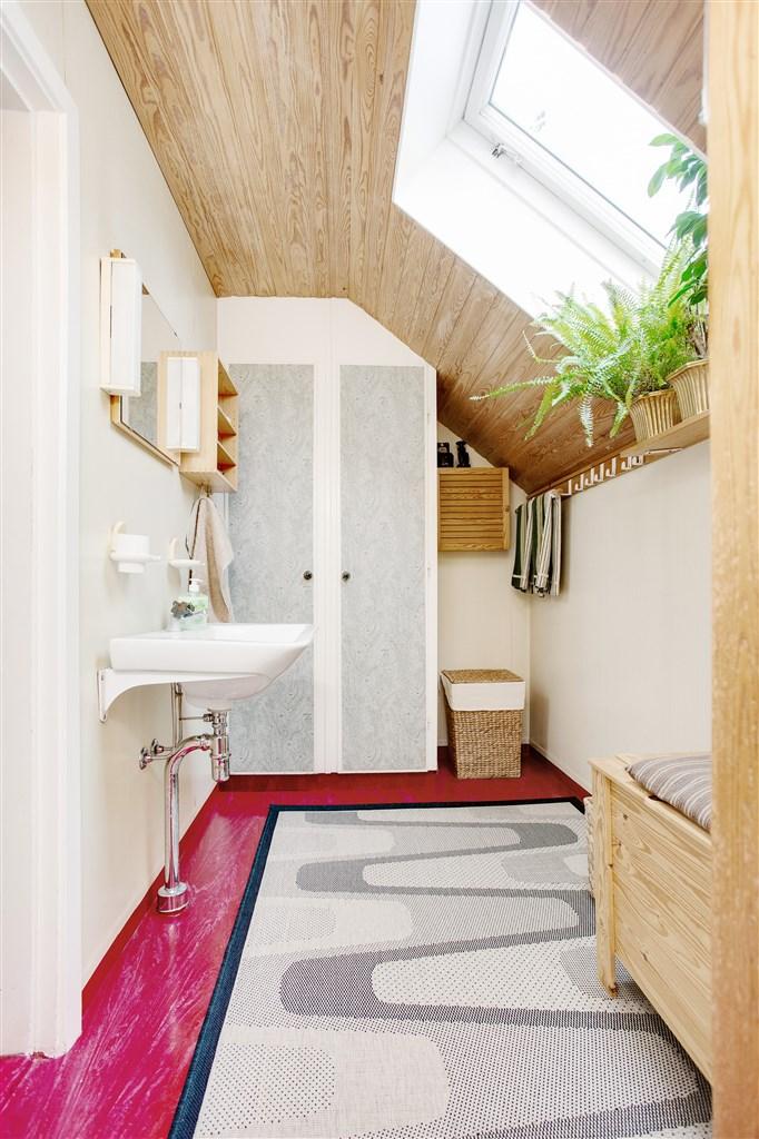 Badrum på övervåningen med badkar och 2 linneskåp. Här finns även ett takfönster.