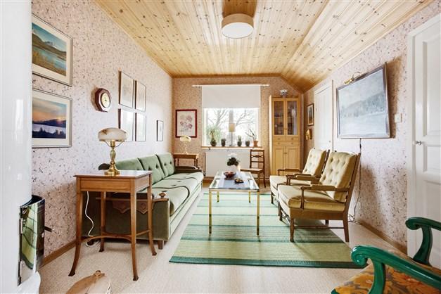 Sovrum 1 med stor takfotsgarderob.