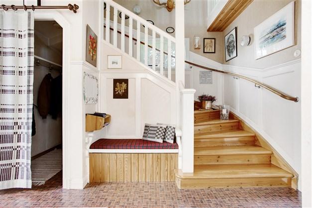 I hallen finns en platsbyggd bänk och en öppen trapp till övervåningen.