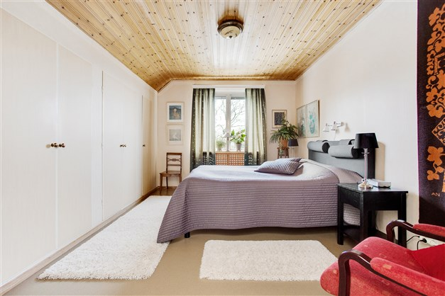 Sovrum 1 med hel vägg med garderober.