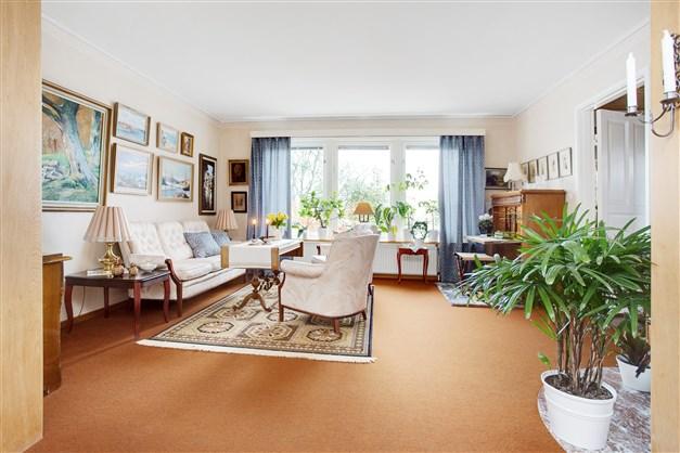 I rummet finns stora fönster som ger fint ljus.