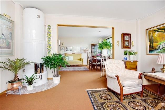 I vardagsrummet finns en vacker och värmande kakelugn.