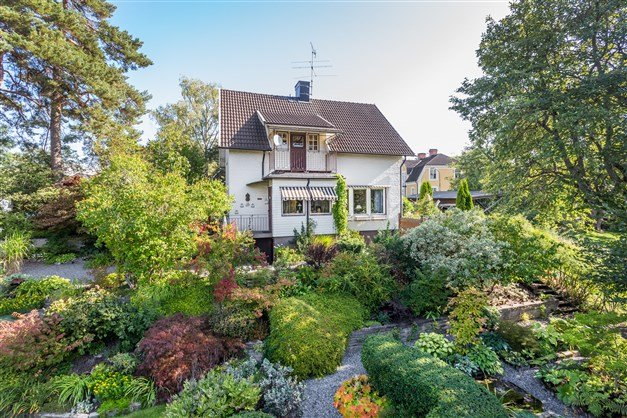 Välkommen till Skolgatan 8! Ett fint hus med kakelugnar, fantastisk trädgård och centralt läge!