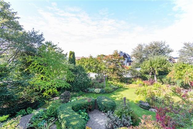 Huset omges av en fantastisk trädgård!