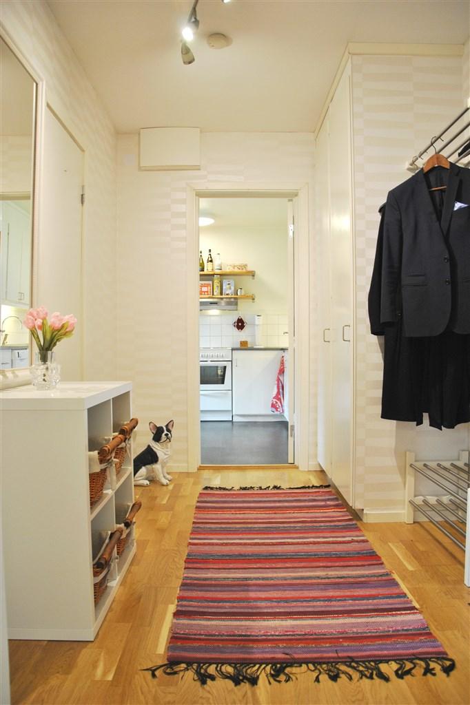 Fräsch lägenhet med nya tapeter i hall, kök och rum.