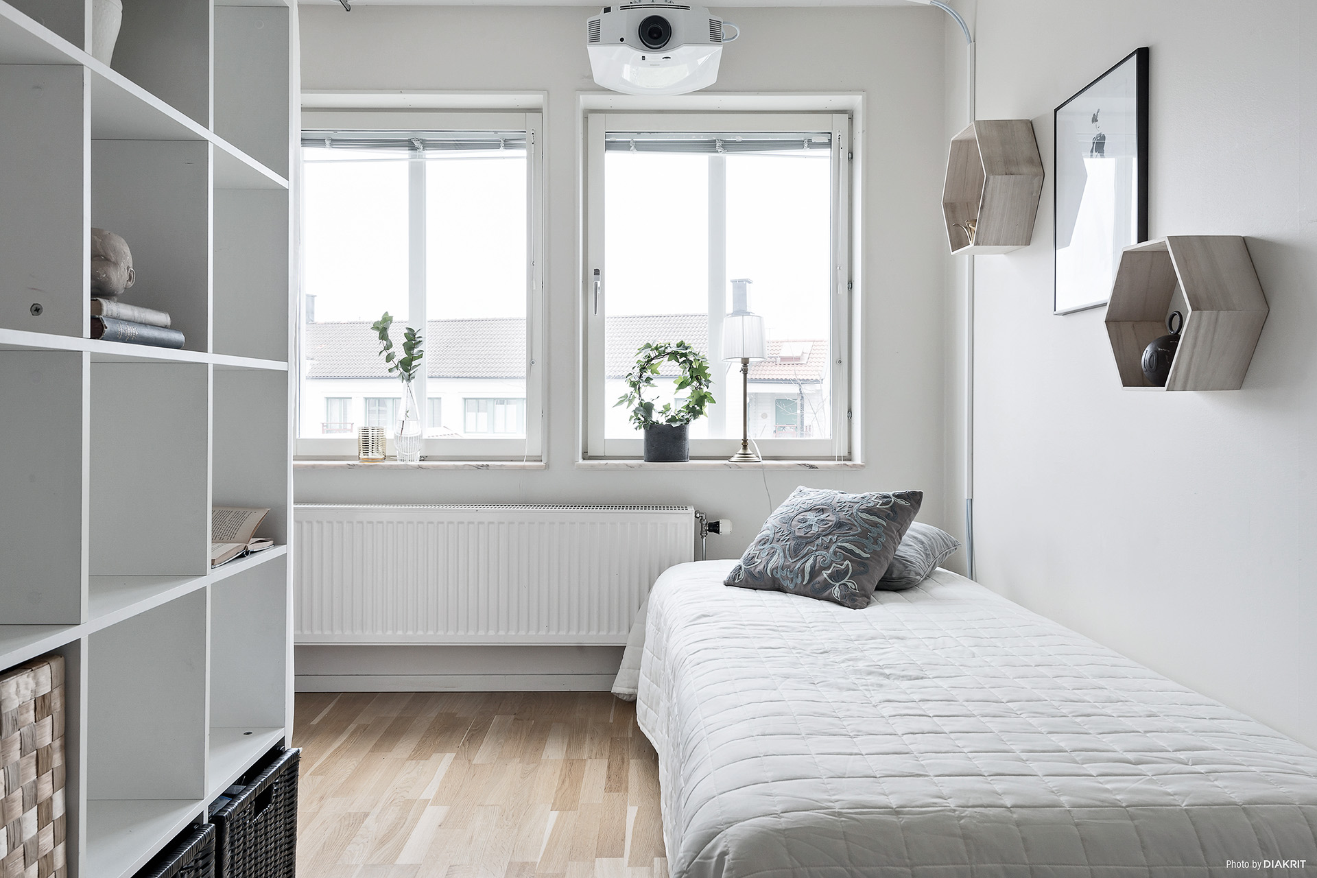 Rummet bakom väggen i vardagsrummet kan man använda som extra sovrum, eller kanske kontor?
