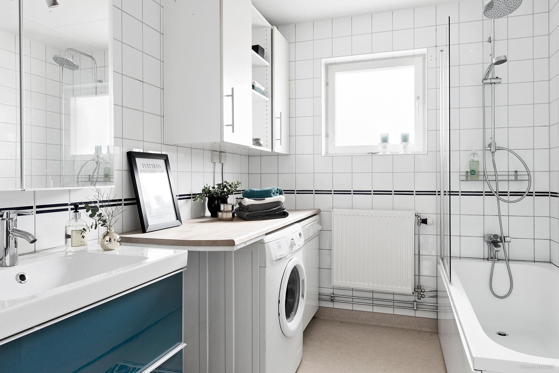 Badrum med både tvättmaskin och torktumlare