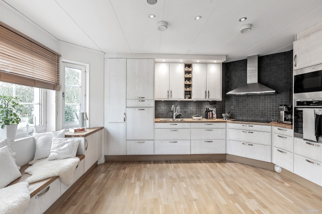 Kök med platsbyggd soffa för trevliga stunder