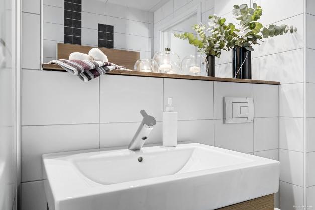 Trevlig detalj med inbyggd hylla ovan tvättställ
