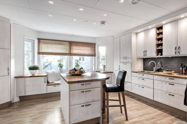 Köket är välplanerat med en flyttbar köksö för att passa alla tillfällen