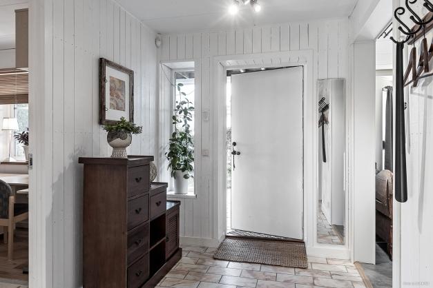Entréhall med vackert ljusinsläpp och marmorgolv