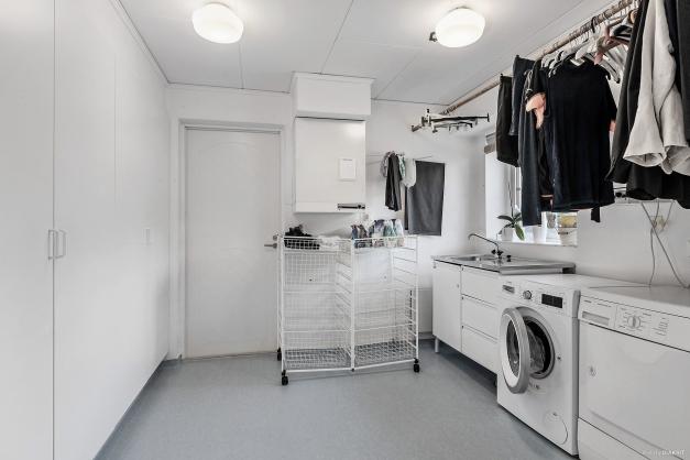 Tvättavdelning med gott om garderobsförvaring