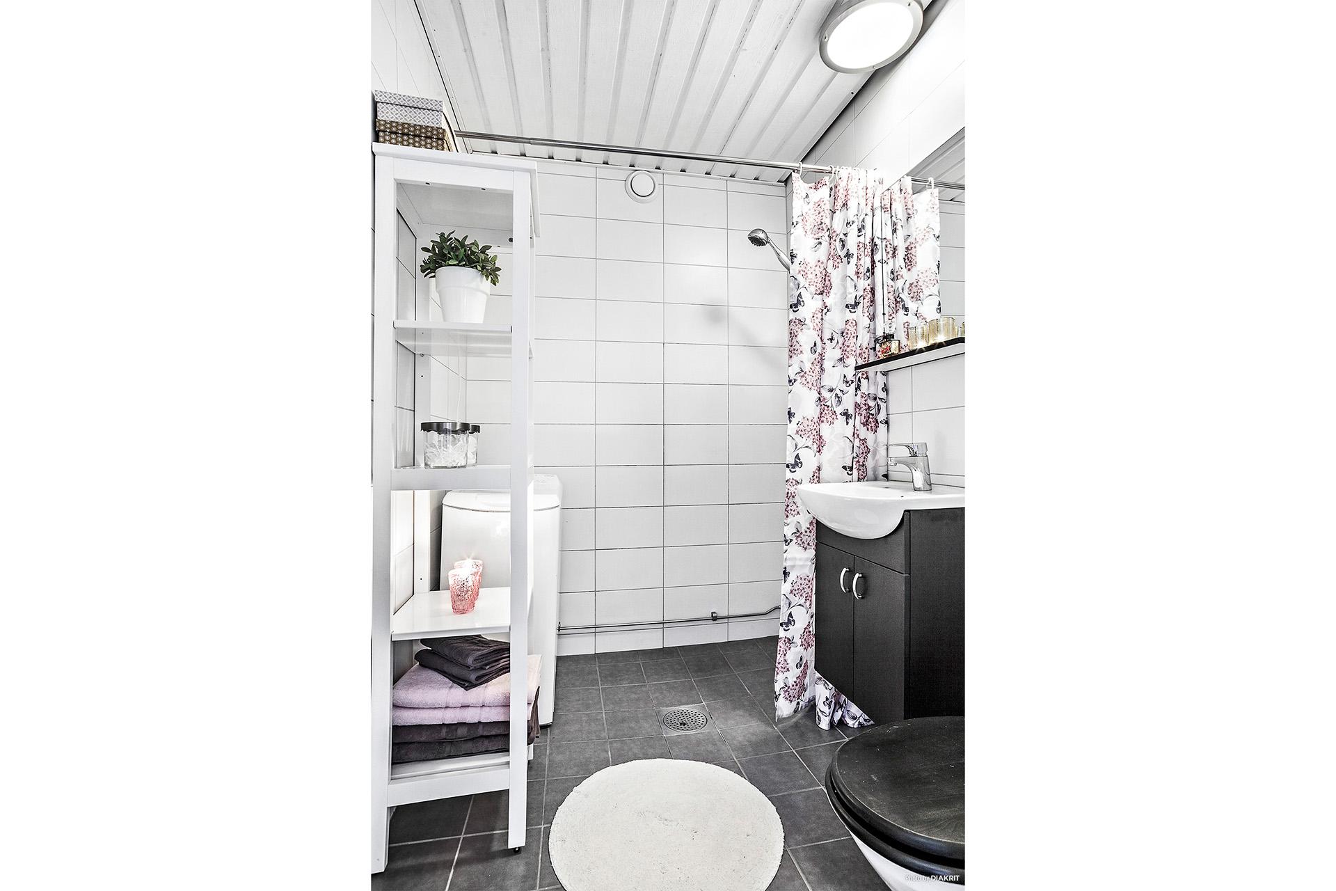 Stambytt duschrum med kakel/klinker och golvvärme. Tvättmaskin