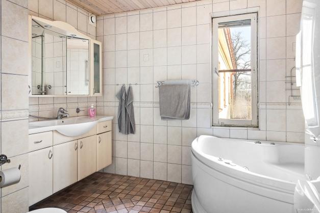 Helkaklat badrum med tvättmaskin/torktumlare
