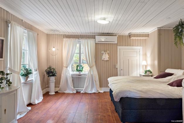 Flygeln: Lilla bostadshuset Sovrum på entréplan