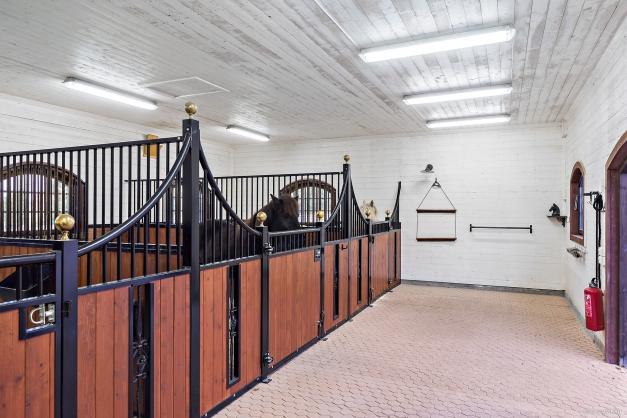 Nybyggt stall med 3 stora boxar