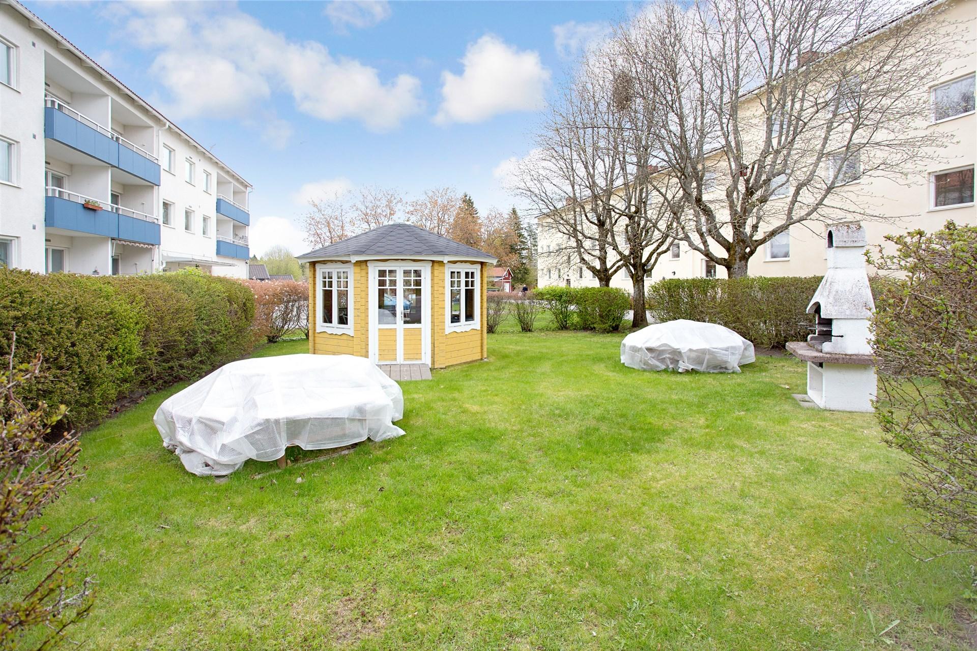 Mellan husen finns ett fint parkområde med grillplats för alla boende och ett litet lusthus att nyttja.