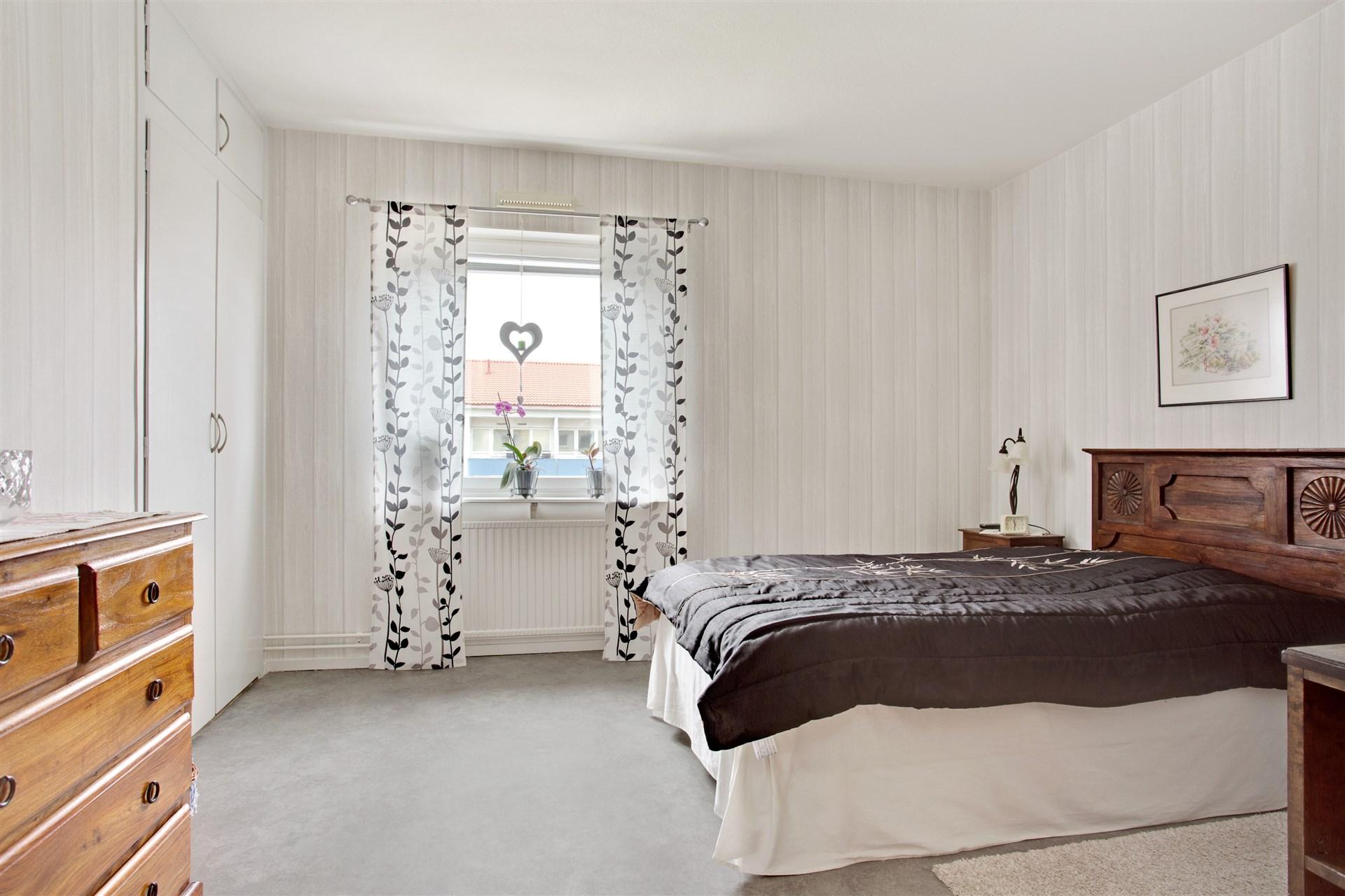 Sovrum 2 är det största sovrummet och här finns 1 garderob och ett linneskåp.