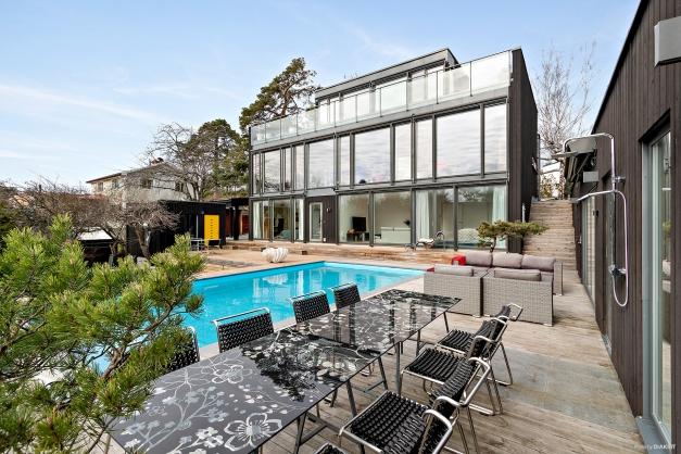 Arkitektritad villa med pool och gästhus