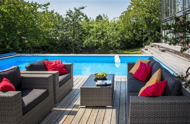 Stort poolområde och grönskande trädgård