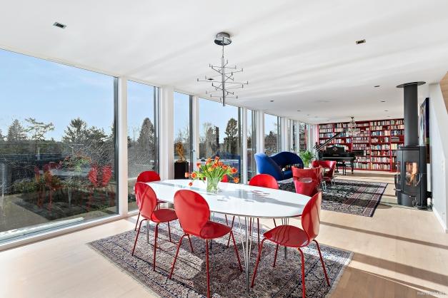 Matplats och vardagsrum med braskamin