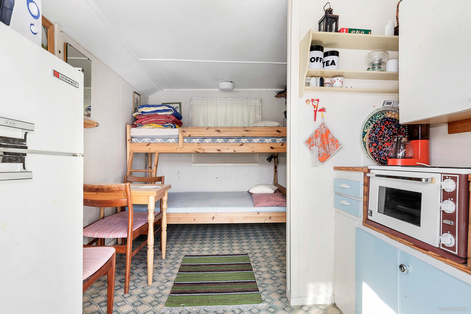Stuga med litet pentry och sovdel