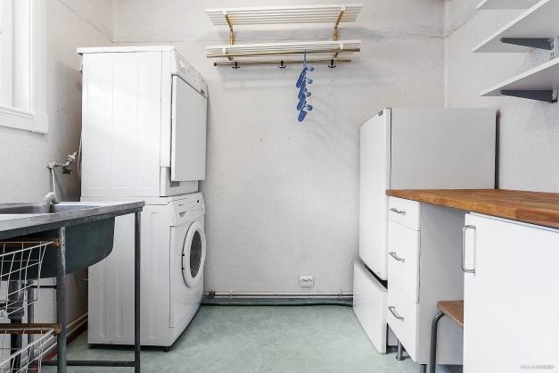 Tvättstuga intill hall på entréplan.