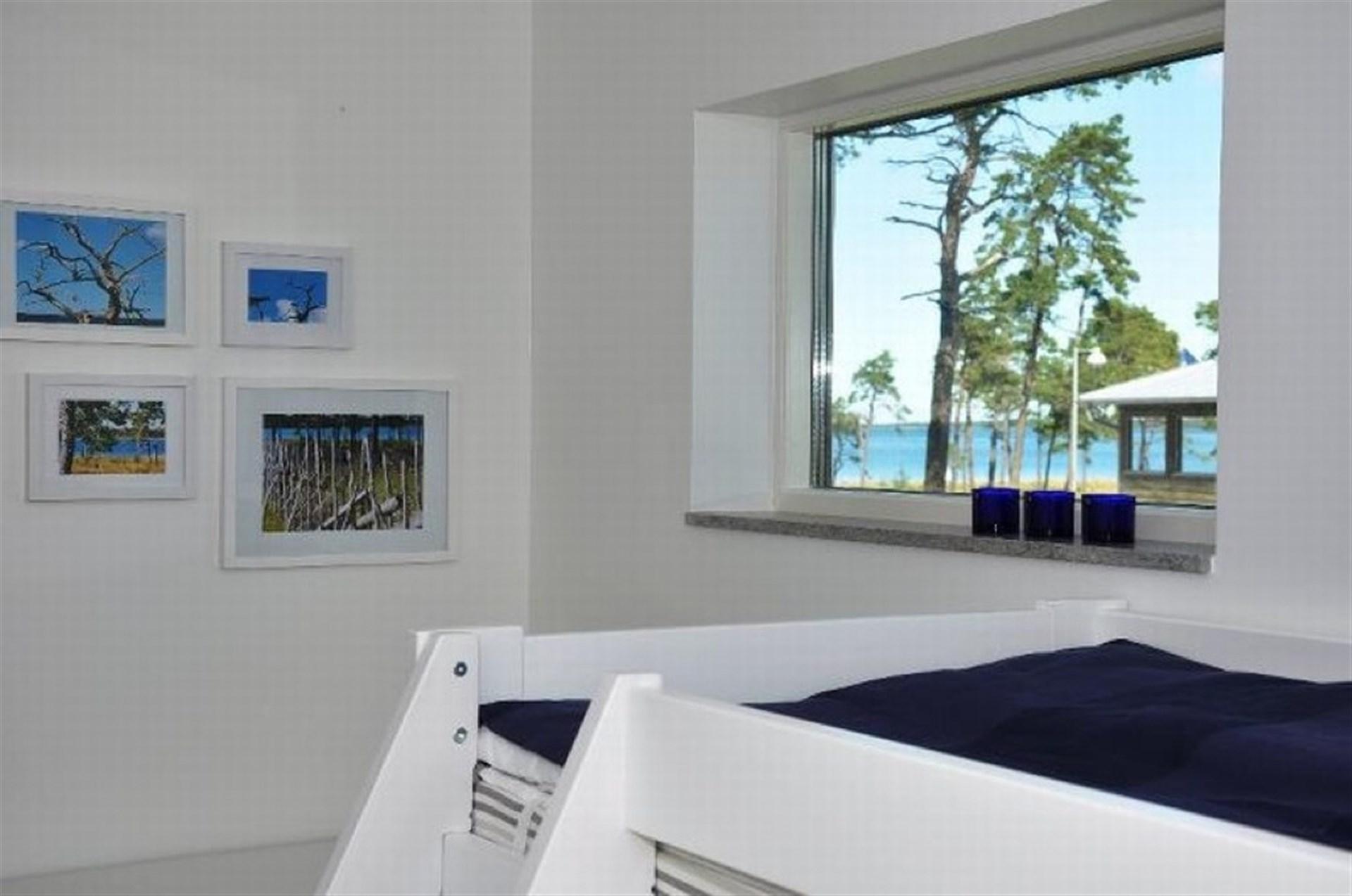 Sovrum med övervåningssäng och utgång till altan