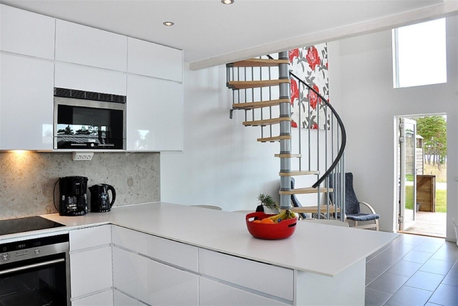 Kök med utgång till uteplats och trappa upp till övervåning