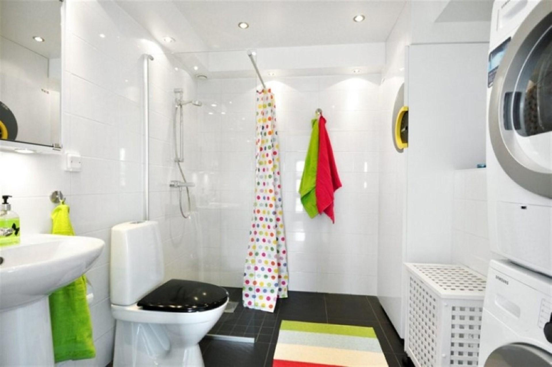 Duschrum med tvättmaskin och torktumlare