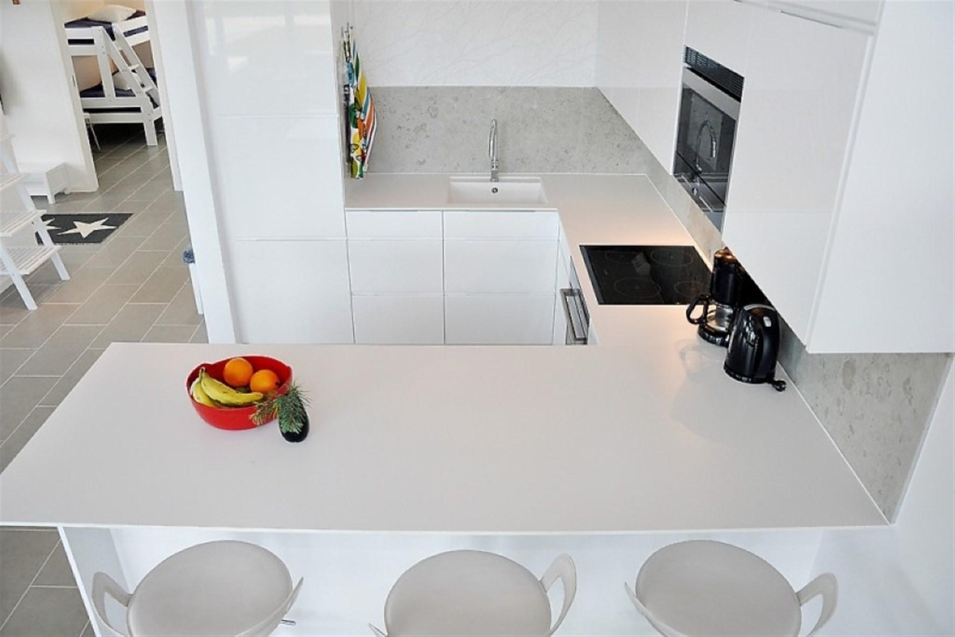 Kök med plats för umgänge vid matlagning