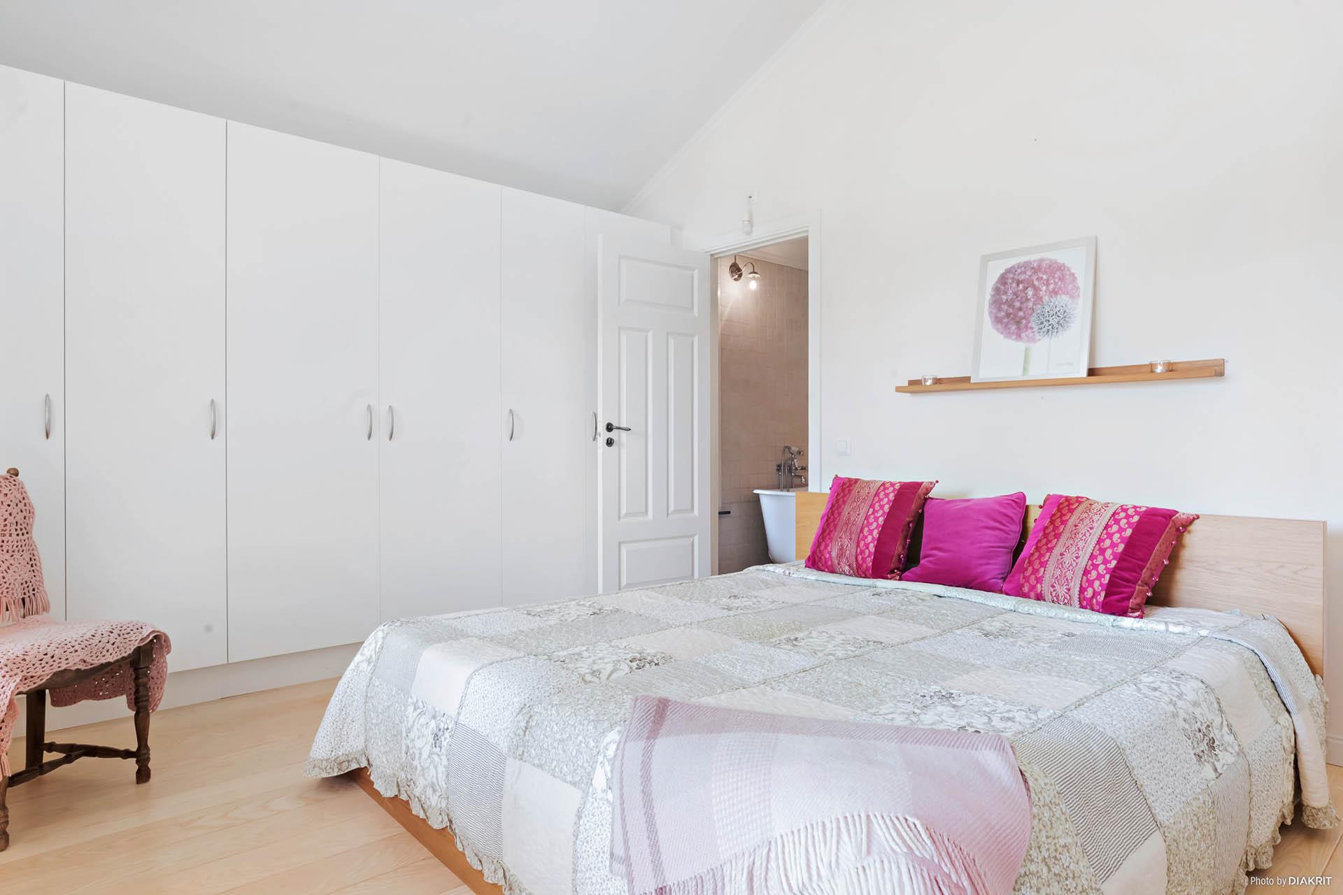 Master bedroom med egen entré till badrummet.