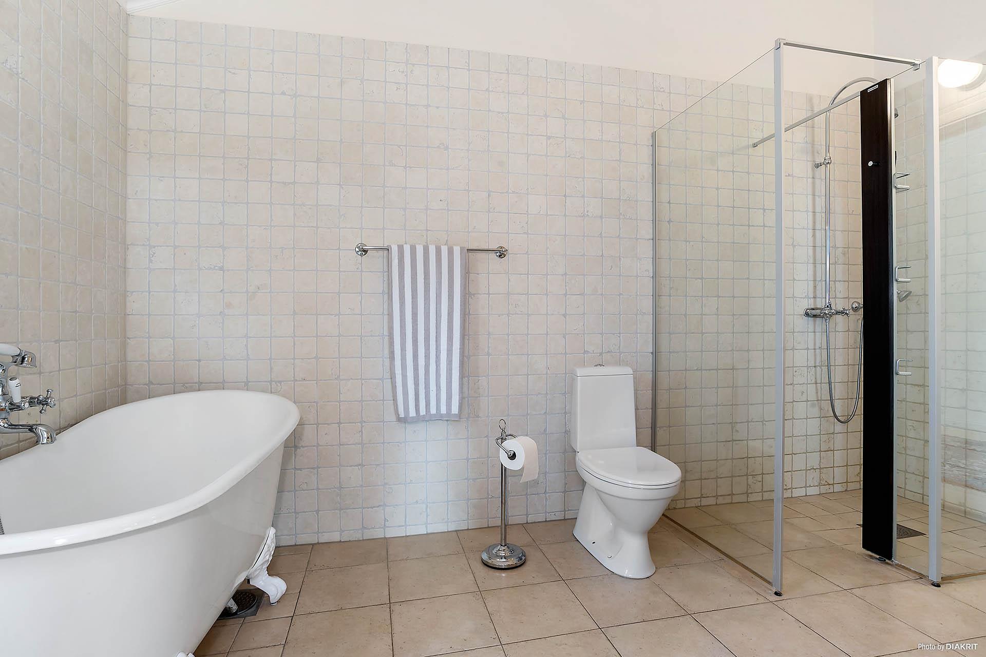 Ytterligare bild på det stilfulla badrummet. Märk den extra stora duschen